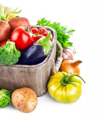 Fototapeta Świeże warzywa w drewniane wiaderko z zieleni. Pojedynczo na