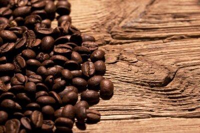 Fototapeta Świeże ziarna kawy na drewnie
