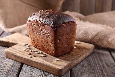 Fototapeta Świeży chleb na drewnianym stole, z bliska