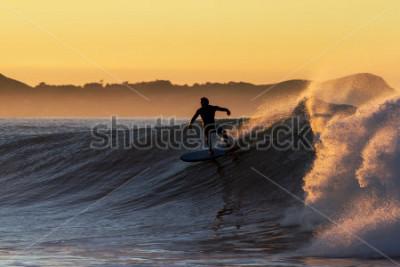 Fototapeta Świt surfowania, z falami jakości i oszałamiającym porankiem. Lokalizacja Nowa Zelandia, Kaikoura podczas surfowania Kahutara break.