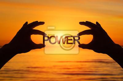 Fototapeta Sylwetka, bliska strony trzymając Power tekst z rozmytych Morza słońca. Efekt światła słonecznego.