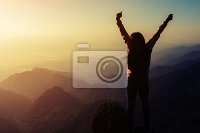 Fototapeta sylwetka kobiety rośnie ręce na góry rano z vintag