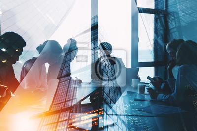 Fototapeta Sylwetka ludzie biznesu pracuje wpólnie w biurze. Koncepcja pracy zespołowej i partnerstwa. podwójna ekspozycja z efektami świetlnymi