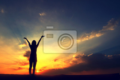 Fototapeta Sylwetka, Szczęśliwy bezpłatny Kobieta Relaks Nature nieba i słońca. Na wolnym powietrzu. Pojęcie wolności.