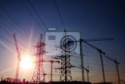sylwetki żurawi i wież elektrowni