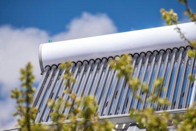 System solarnego ogrzewania wody na dachu domu.