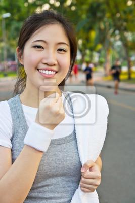 Szczęśliwa kobieta pokazując pięść
