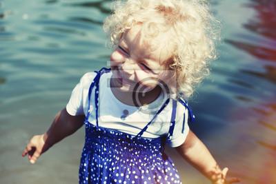 szczęśliwa mała dziewczynka w letnim słońcu