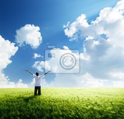 szczęśliwa młoda reszta człowiek na polu pszenicy