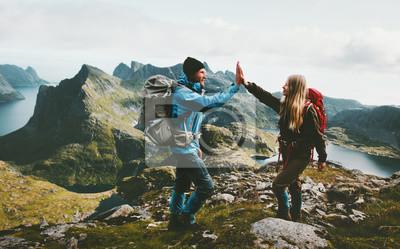 Fototapeta Szczęśliwa para daje pięć rękach wycieczkuje z plecakiem w górach Podróżuje styl życia przygody pojęcia rodzinnego wpólnie wydalać aktywnego wanderlust wakacje