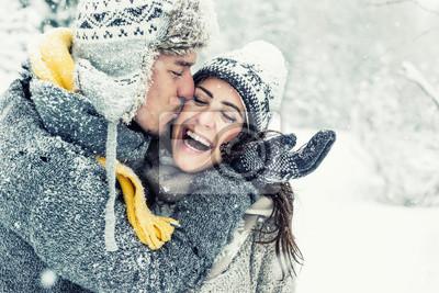 Fototapeta szczęśliwa para miłości w zimie