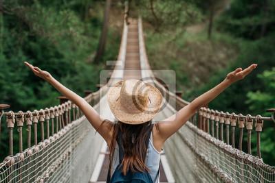 Fototapeta Szczęśliwa podróży kobieta na urlopowym pojęciu. Zabawny podróżnik cieszy się swoją podróżą i gotowy do przygody.
