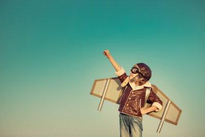 Fototapeta Szczęśliwe dziecko bawi się z zabawki samolot