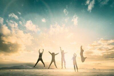 Fototapeta Szczęśliwi rodzinni ludzie grupa świętują skok dla dobrego życia na weekendowym pojęciu dla wygrany zwycięstwa, osoby wiara w pieniężnej wolności.