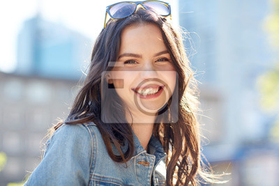 Fototapeta szczęśliwy, uśmiecha się młoda kobieta na lato ulicy miasta