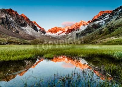 Fototapeta Szczyty odzwierciedlając w jeziorze poniżej, Stubai Alpy, Austria