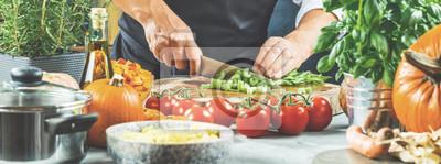 Fototapeta Szef kuchni kroi warzywa.