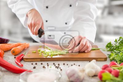 Fototapeta Szef kuchni krojenie warzyw.