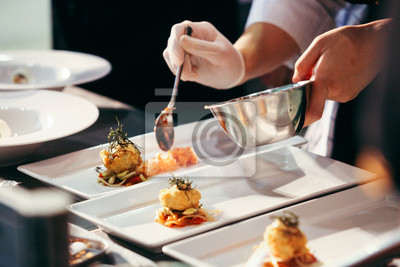 Fototapeta Szef kuchni przygotowuje jedzenie, posiłek, w kuchni, gotowanie szefa kuchni, szef kuchni dekorowanie danie, zbliżenie, szef kuchni w pracy