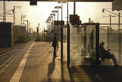 Fototapeta Szene auf einem Bahnsteig mit Gegenlicht