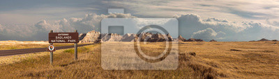 Fototapeta Szeroki krajobraz panoramiczny badlands park narodowy z signage wchodzących w chmury burzowe