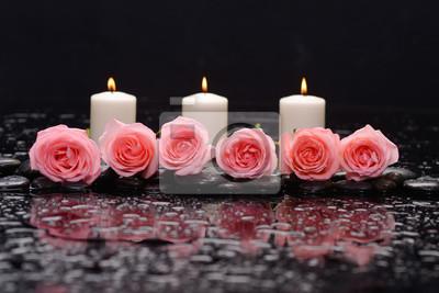 Sześć róża z trzema świecami i terapia kamieniami czarnego tła