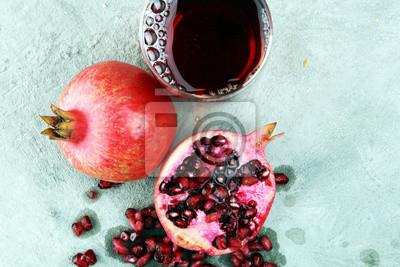 Szkło granatowa soku i granatowa owoc na starym tle
