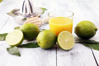 Szkło sok i plasterki pomarańczowa owoc na drewnianym tle.