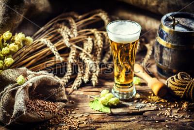 Fototapeta Szkło świeży zimny piwo w nieociosanym transporcie. Tło żywności i napojów