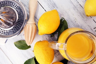 Szkło wapno sok i plasterki pomarańczowa owoc na drewnianym tle.