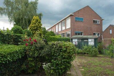 Szkoła za ogrodzie na wiosnę