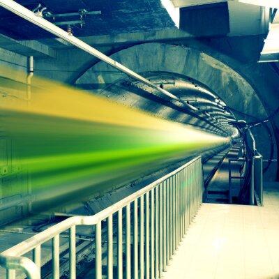 Fototapeta szybko poruszających się pociągu na stacji metra