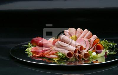 Taca jedzenie pyszne salami, kawałki plasterki szynki, kiełbasy, pomidorów, sałatka i warzyw - talerz mięsa z wyboru