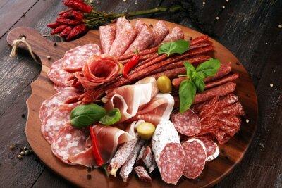 Taca z pysznym salami, kawałkami pokrojonego prosciutto crudo, kiełbasą i bazylią. Talerz mięsny z wyborem