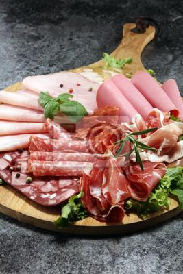 Taca z pysznym salami, kawałkami szynki, kiełbasą i sałatką. Talerz mięsny z wyborem.