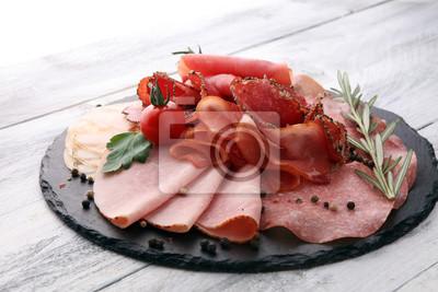 Tacka na jedzenie z pysznym salami, kawałki plasterki szynki, kiełbasa, pomidory, sałatka i warzywo - Talerz mięsa z wyborem