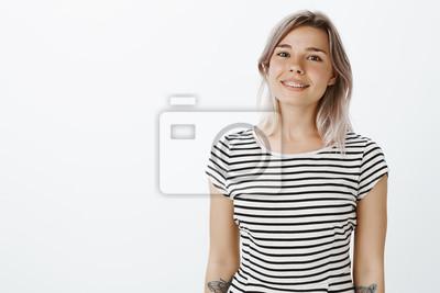Talia-up strzał pozytywny szczęśliwy europejskiej kobieta z jasne włosy i tatuaże, uśmiechając się radośnie, przechylając głowę, patrząc na kamery, jest spokojny i spokojny, wyrażając przyjazne nastaw