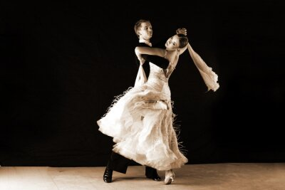 Fototapeta tancerze w sali balowej na czarnym tle