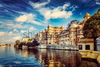 Fototapeta Tapeta romantyczna Indie luksusowa turystyka - Vintage retro efekt filtrowane hipster styl obrazu miasta Udaipur Palace i jeziora Pichola. Udaipur, Radżastan, Indie