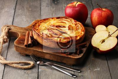 Tarta jabłkowa. Gourmet tradycyjne wakacje szarlotka słodkie pieczone deser jedzenie z cynamonem i jabłka na tło. Jesienny wystrój. Styl rustykalny.