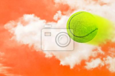 Tenis na tle nieba