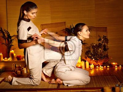 Terapeuta masażu dając kobieta rozciągania.