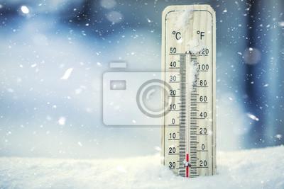 Fototapeta Termometr na śniegu pokazuje niskich temperaturach poniżej zera. Niskie temperatury w stopniach Celsjusza i Fahrenheita. Zimna zima dwadzieścia poniżej zera.
