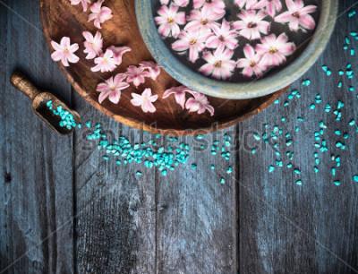 Fototapeta Tło Spa z soli morskiej, miski, kwiatów i wody, widok z góry