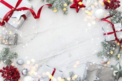 Fototapeta Tło wakacje Boże Narodzenie i nowy rok. Boże Narodzenie kartkę z życzeniami. Bożenarodzeniowi prezenty na białego marmuru tła odgórnym widoku. Leżał płasko
