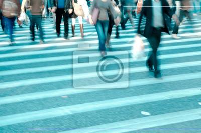 tłum ludzi na przejściu dla pieszych ulicy