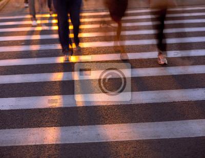 Tłum przez ulicę na przejściu dla pieszych