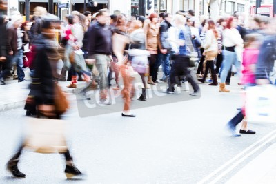 Tłum zakupy skrzyżowania ulicy miasta w motion blur