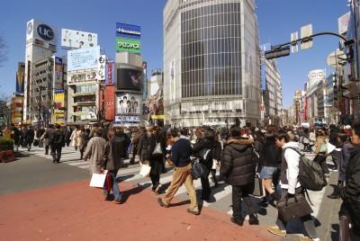 Tokio, Japonia - 06 marca 2008: tłum pieszych krzyż słynny Shibuya w Tokio skrzyżowania ulicy. Shibuya przejście jest znany na całym świecie jako najbardziej zatłoczonym obszarze miasta.