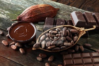 Topienie czekolady lub roztopionej czekolady i zawirowania czekolady. stos i proszek